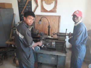 Deux apprentis à l'oeuvre dans l'Atelier Tsiky
