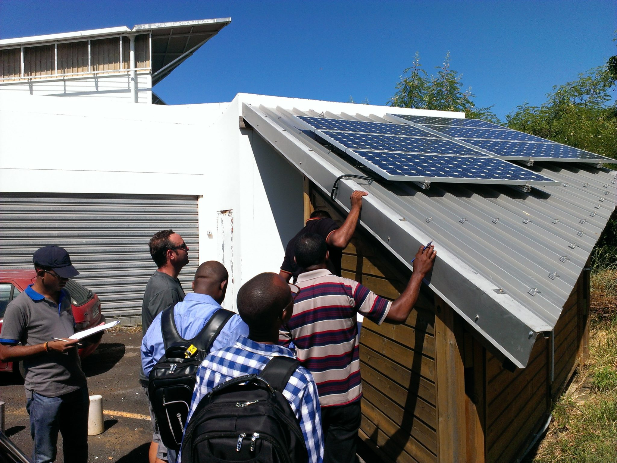 Les formateurs d'installateurs d'équipements solaires thermiques individuels et photovoltaïques lors de la formation.